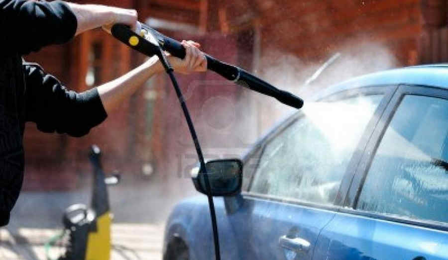 Un momento del lavaggio di un'automobile (vetri e carrozzeria) con la lancia e acqua a pressione
