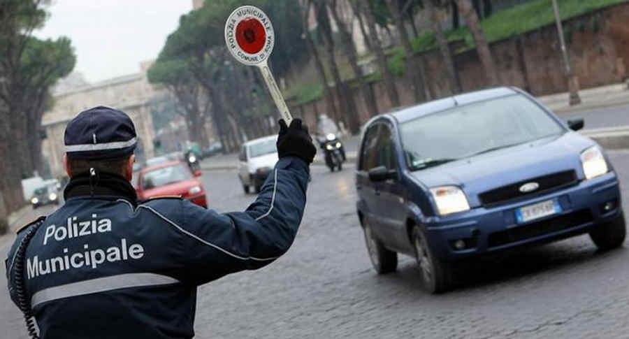 Blocco traffico Roma domeniche ecologiche Vigile con paletta