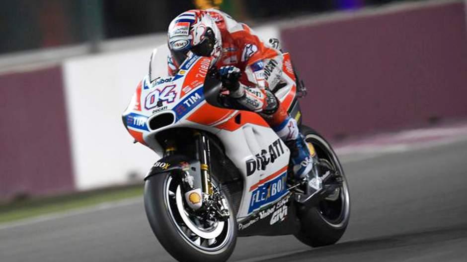 Andrea_Dovizioso_Ducati_moto_impenna