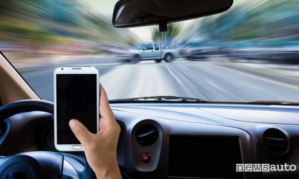 Consultare lo smartphone mentre si guida è uno dei principali pericoli e rischi