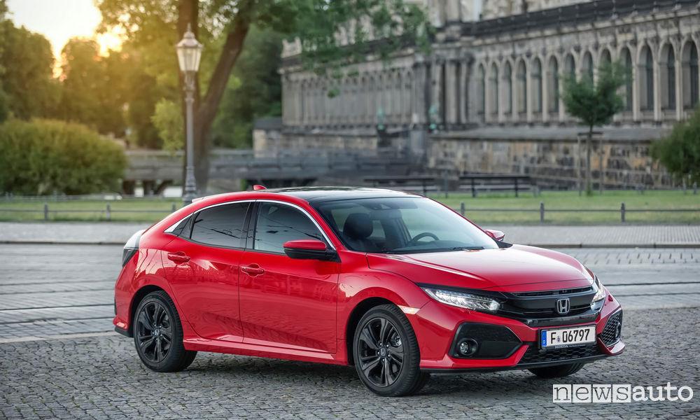 Honda Civic Type R rossa vista paraurti anteriore, cofano e laterale