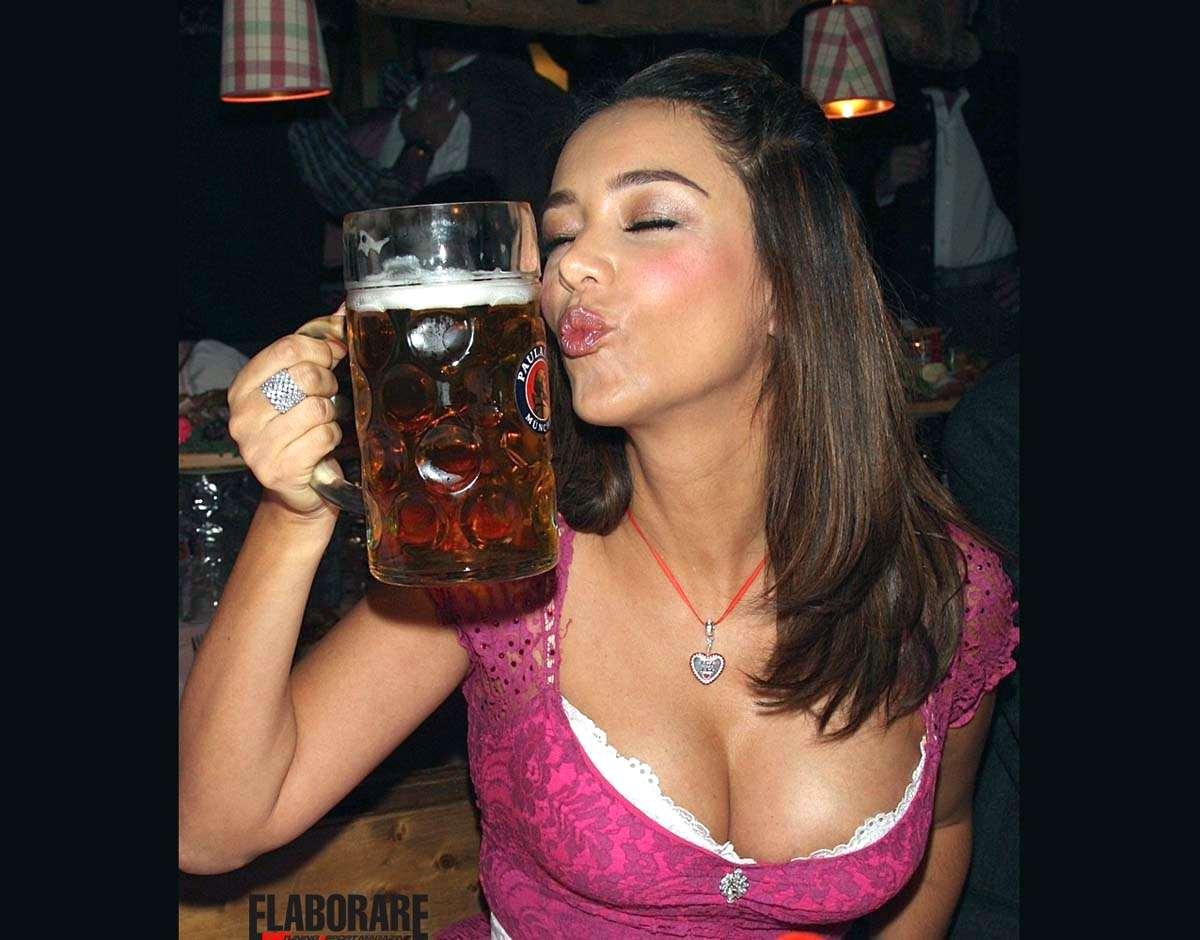 Ragazza che beve birra