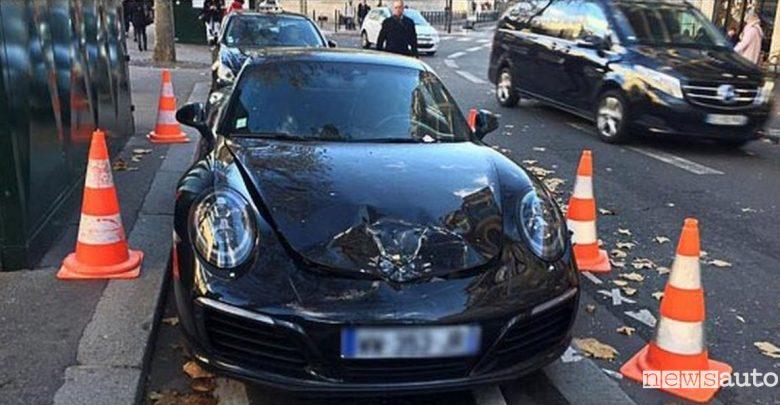 Porsche in divieto di sosta esplosa a Parigi