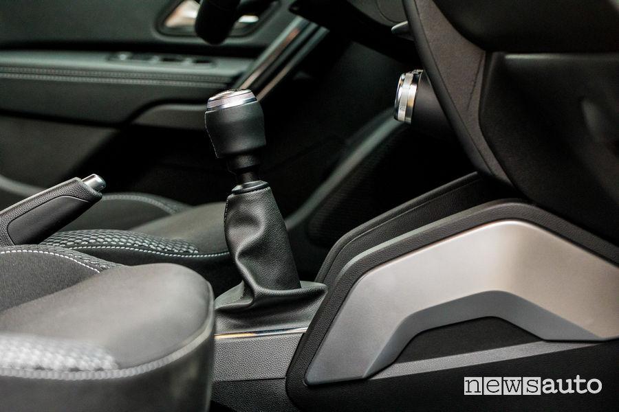 Il cambio della Dacia Duster ha una prima marcia molto ridotta. Nella foto leva cambio.