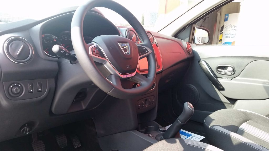 Serie Speciale Dacia WOW interni volante in pelle