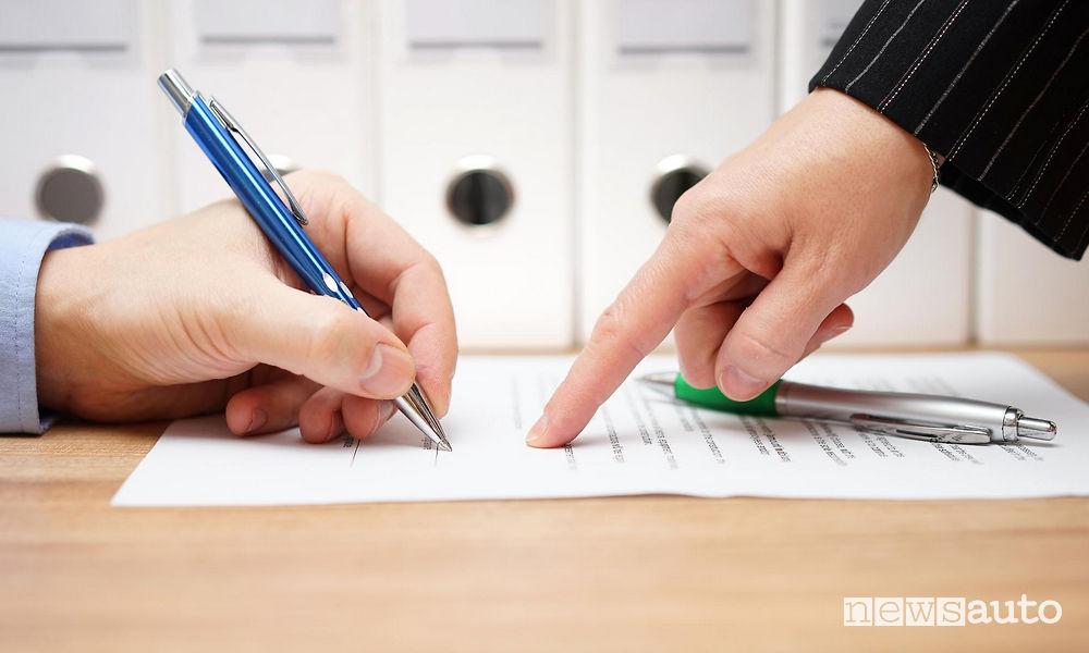 Truffe assicurazioni false Rc Auto, attenzione verificare l'intermediario con il quale si firma la polizza