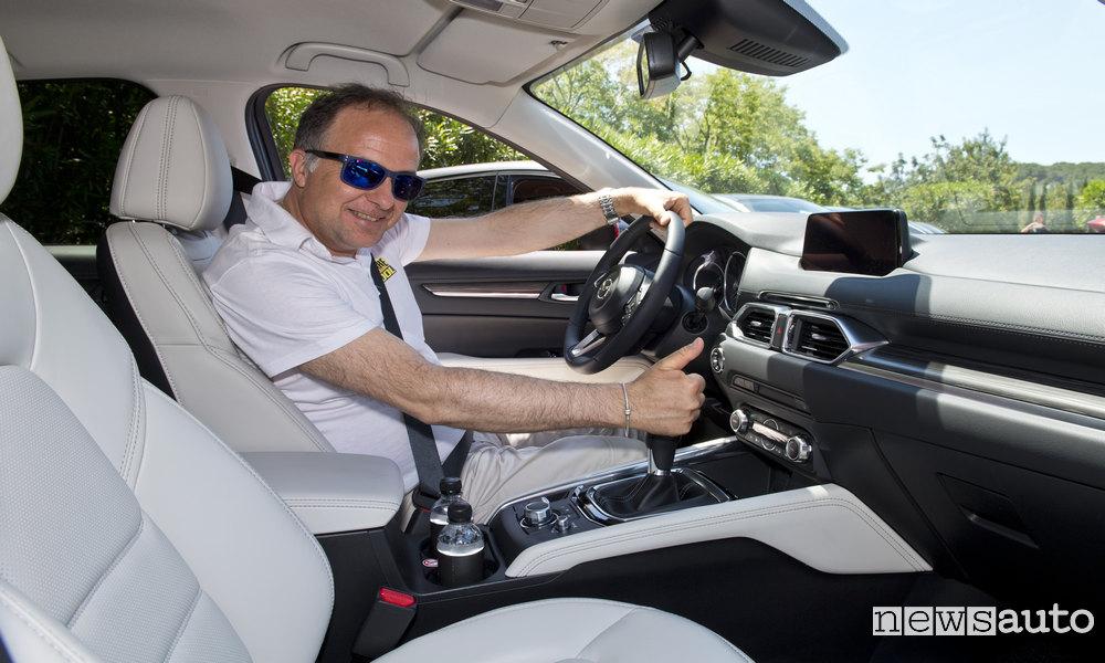 Automobilista Uomo Alla guida di un auto