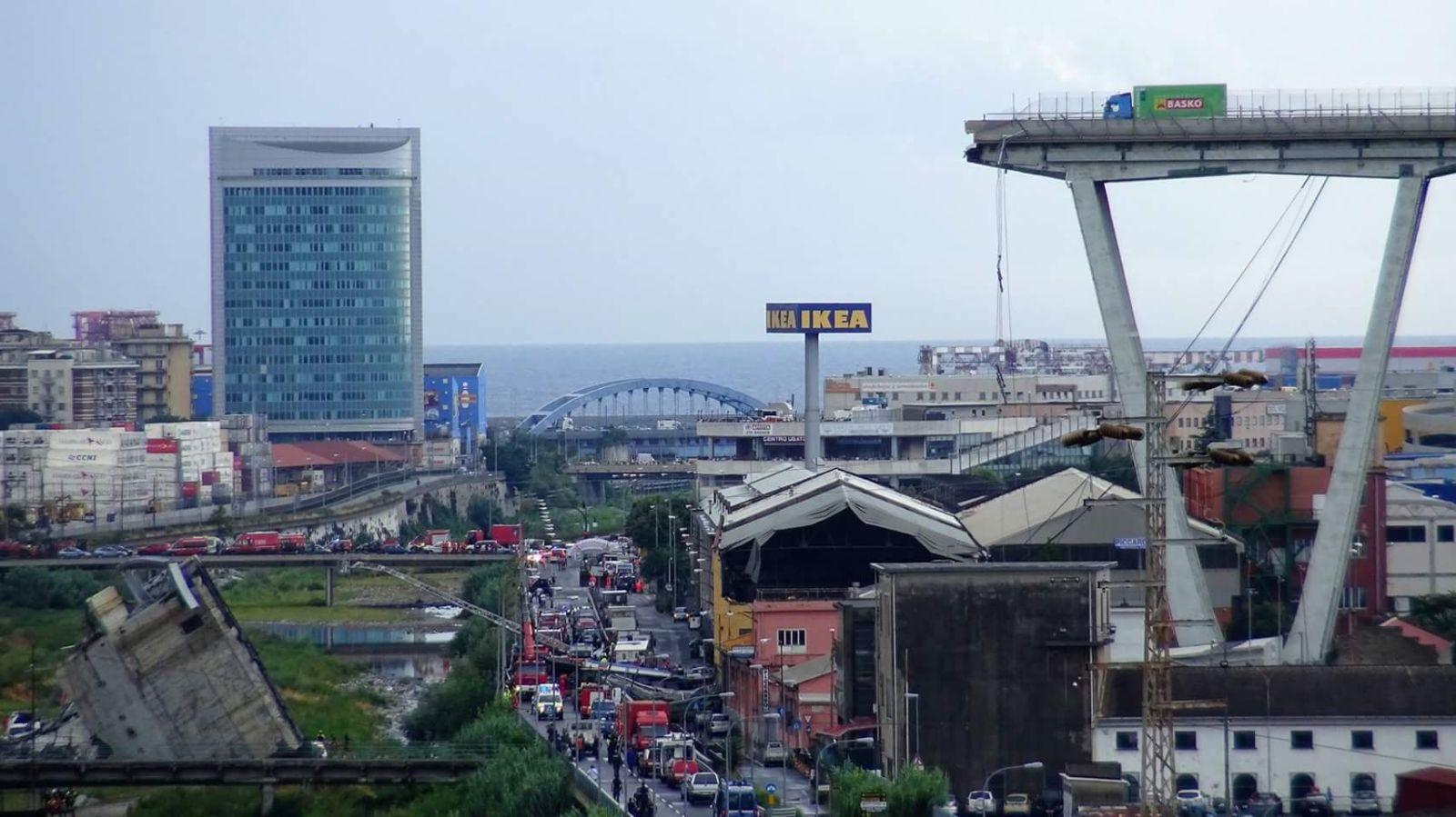 Ponte Morandi Crollato, Viadotto Morandi di Genova, la foto del camion rimasto sul ponte