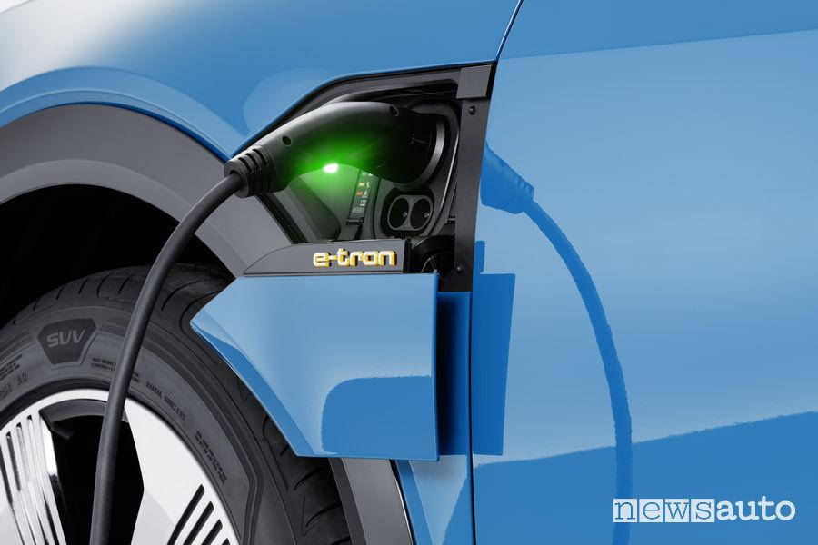 Audi e-tron blue, ricarica
