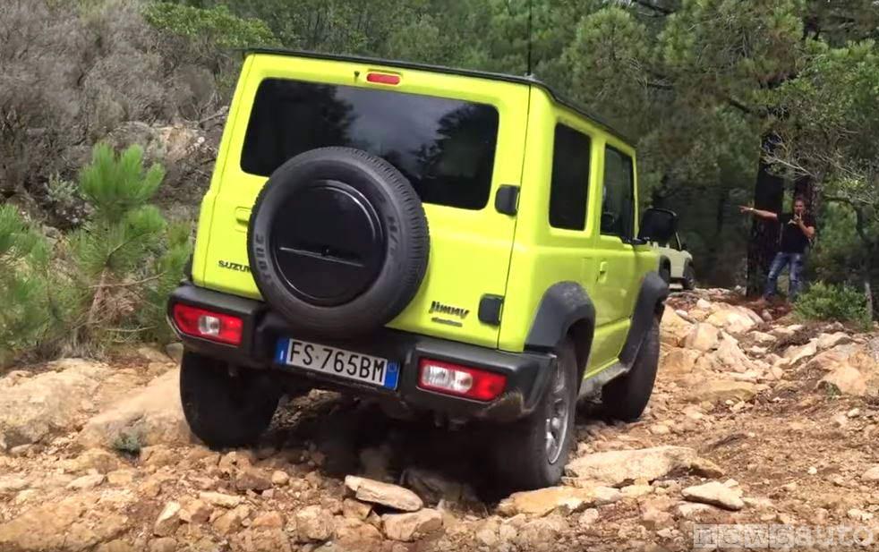 Salita con sassi sterrata Suzuki Jimny 2019 4x4