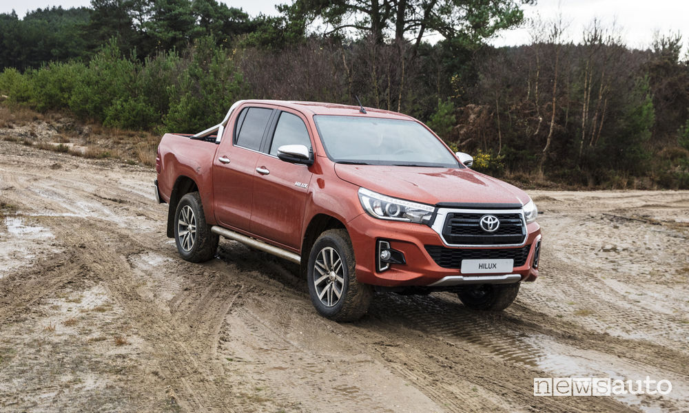 Toyota Hilux 2019 Executive+, vista di profilo fango