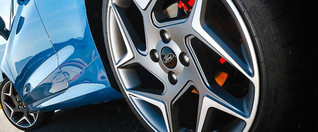 I pneumatici larghi donano un aspetto più aggressivo e sportivo ad un'auto
