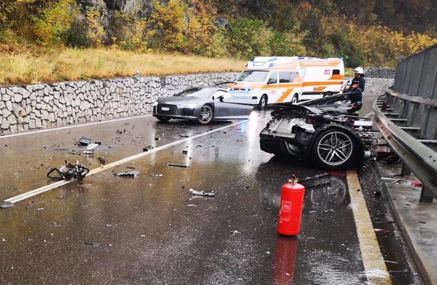 Incidenti spettacolari, Audi si spezza in due
