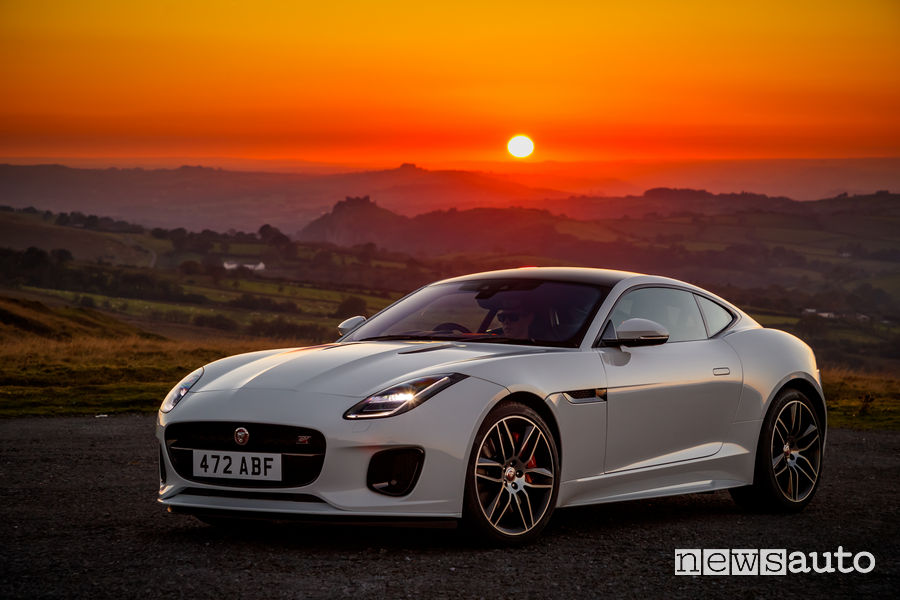 Jaguar_F-Type Chequered Flag Limited Edition, vista di profilo