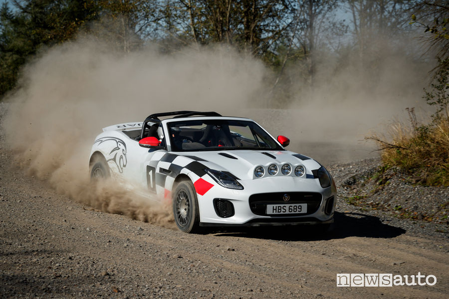 Jaguar_F-Type rally in azione sullo sterrato