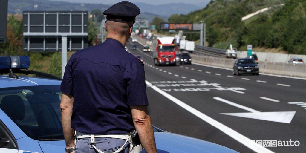 Posto di controllo su strada da parte delle Forze dell'Ordine, Polizia