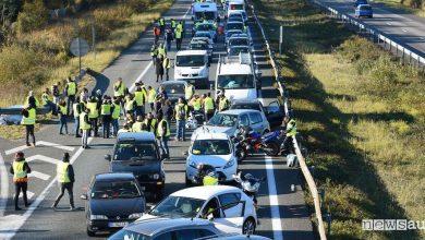 Protesta auto caro carburante Francia gilet gialli