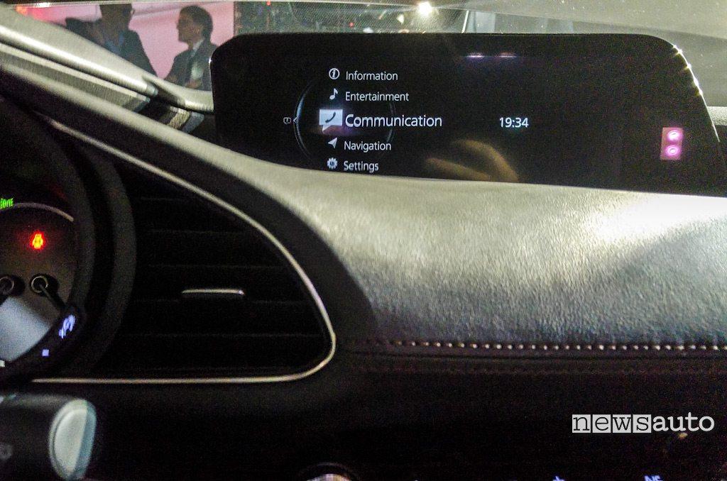 Interni Mazda3 sistema multimediale schermo