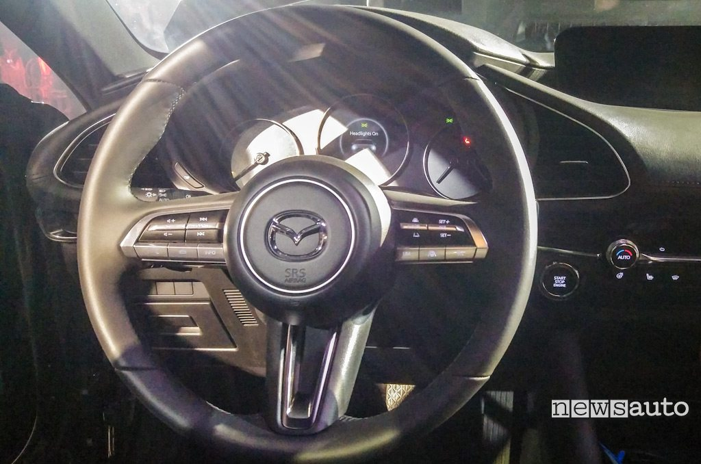 volante e cockpit nuova Mazda3