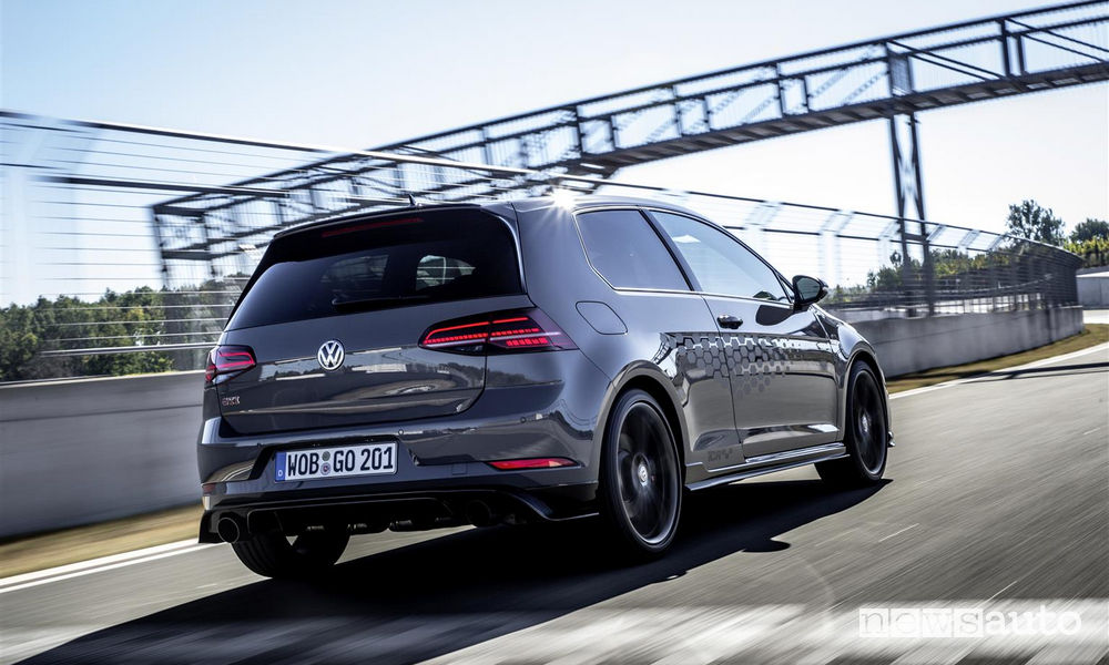 Volkswagen Golf GTI TCR Pure Grey in pista, vista posteriore