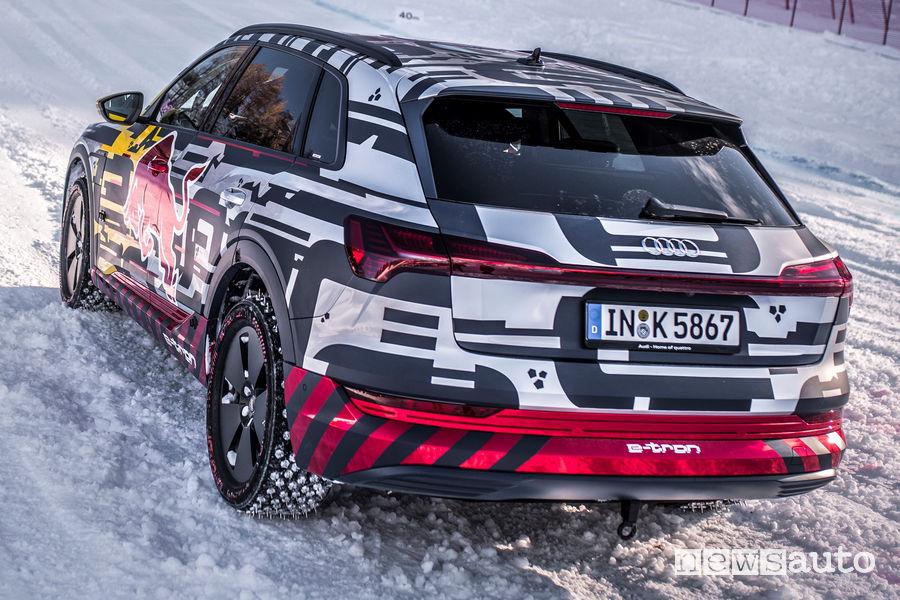 Audi e-tron con le gomme chiodate sulla pista da sci di Kitzbühel