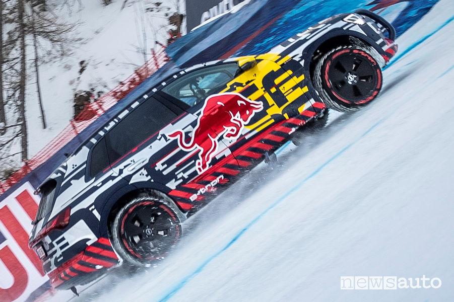 Audi e-tron con le gomme chiodate sulla pista di Kitzbühel