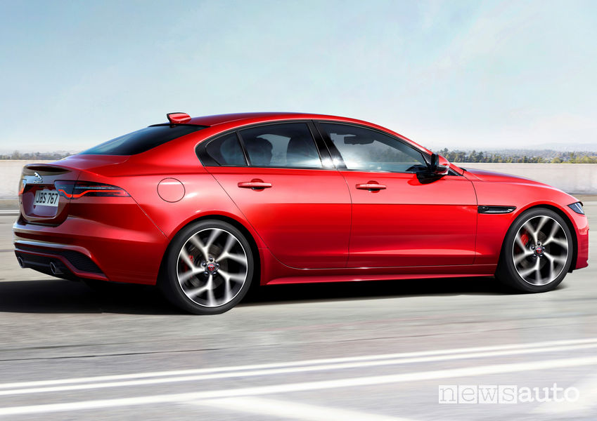 Jaguar XE 2019, vista laterale