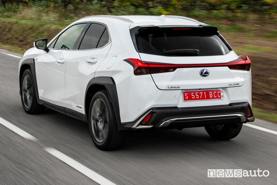 Lexus UX Hybrid bianco, vista posteriore