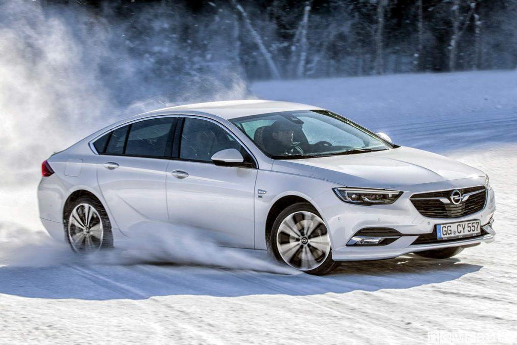 Opel Insignia Grand Sport bianca su neve drifting