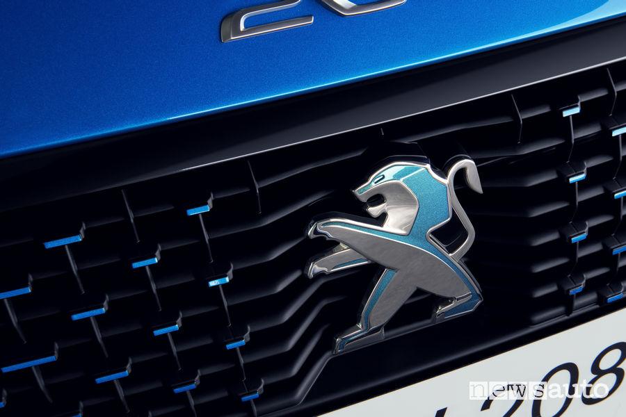 Leone con dettagli azzurri al centro della nuova calandra di Peugeot e-208 elettrica