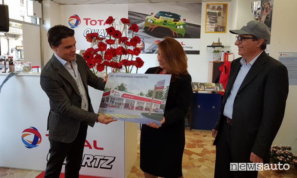 Inaugurazione prima Total Quartz Auto Service_Filippo Redaelli (AD Total Italia) consegna la targa