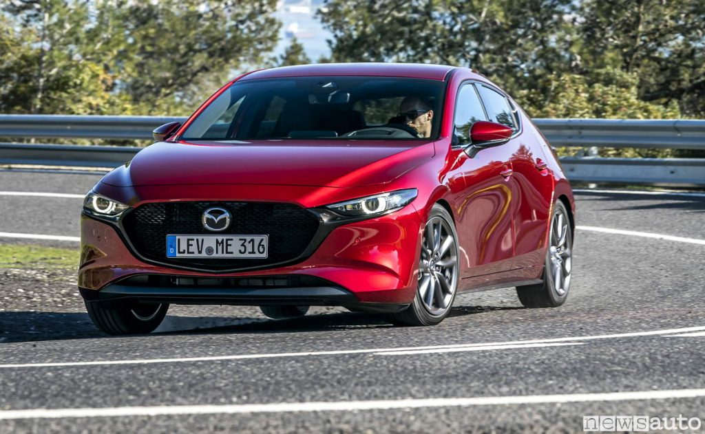 Mazda3 frontale in percorrrenza di curva