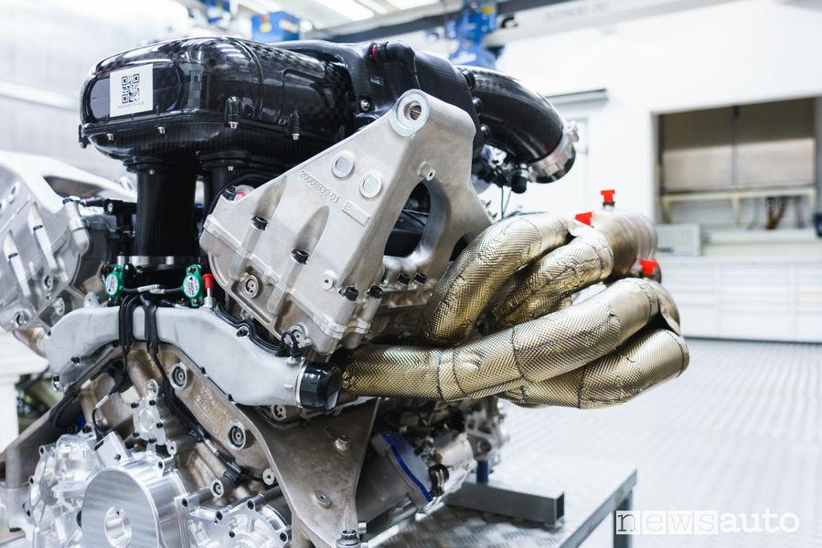 Lato scarico ed aspirazione del motore V12 della Aston Martin Valkyrie