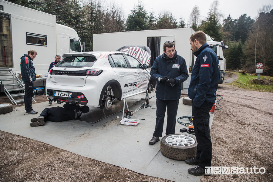 Nuova Peugeot 208R2 Bruno Famin ed i tecnici di Peugeot Sport
