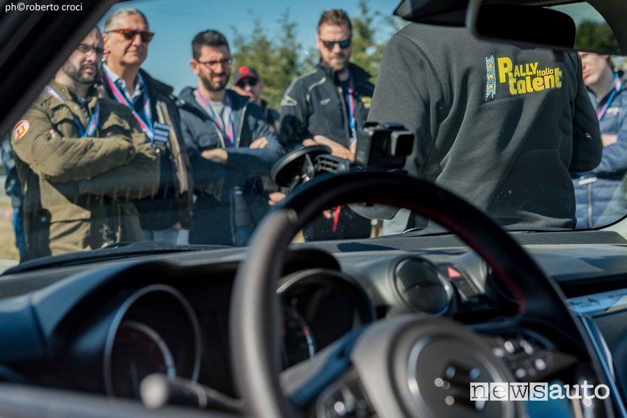 Istruttori ACI danno suggerimenti ai partecipanti Rally Italia Talent nel 2019