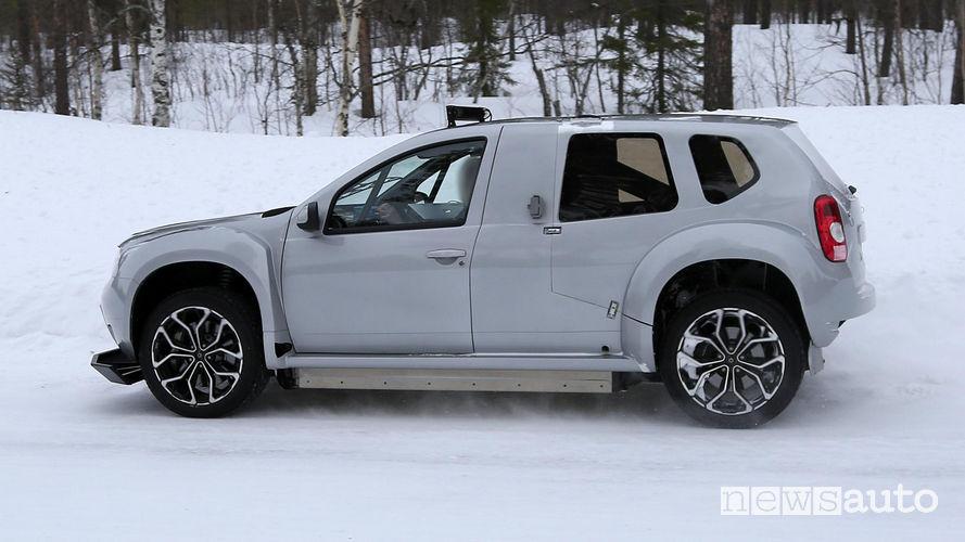 Pacco batterie sotto il pianale della Dacia Duster, auto elettrica da corsa per gare su ghiaccio Trofeo Andros