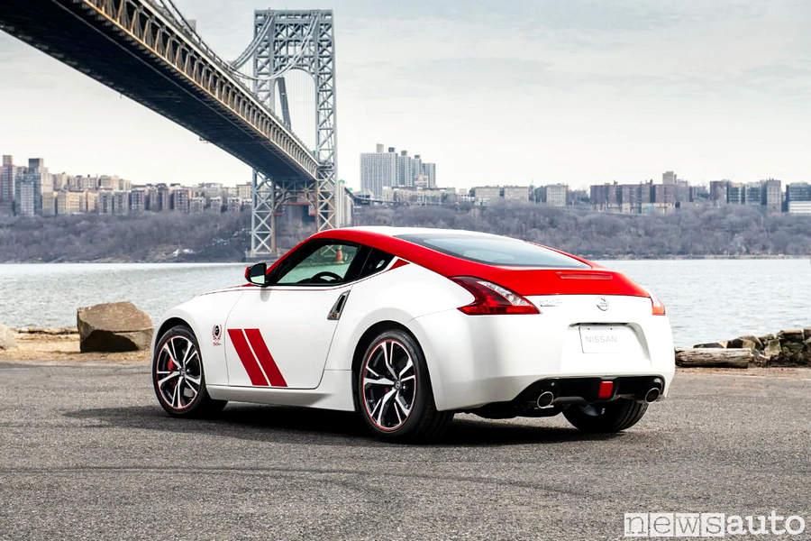 Dall'America, New York sotto il ponte di Brooklyn la Nissan  370Z, 50 Anniversary Edition
