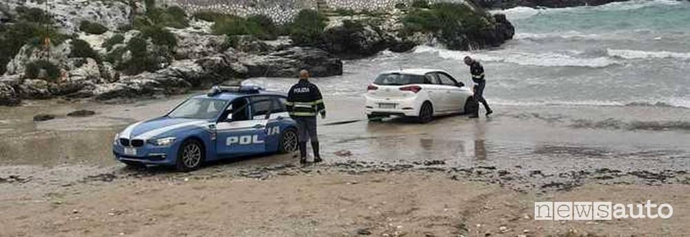 Incidente in mare Hyundai i20 bloccata sulla spiaggia in Puglia