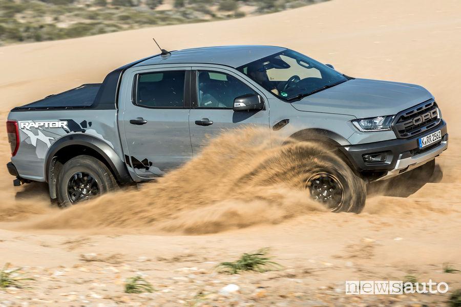 Vista laterale Ford Ranger Raptor sulla sabbia