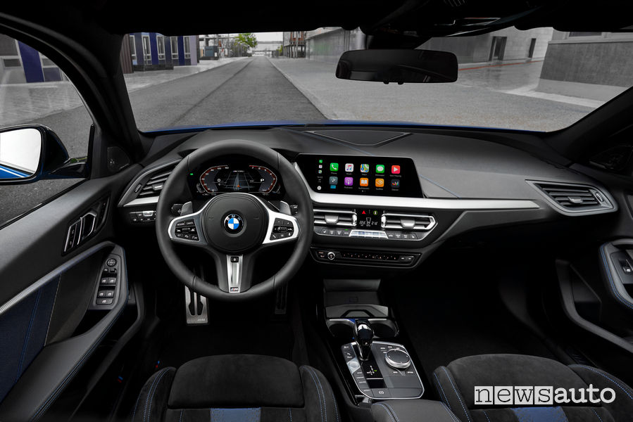 Nuova BMW Serie 1 M135i xDrive plancia strumenti Apple CarPlay