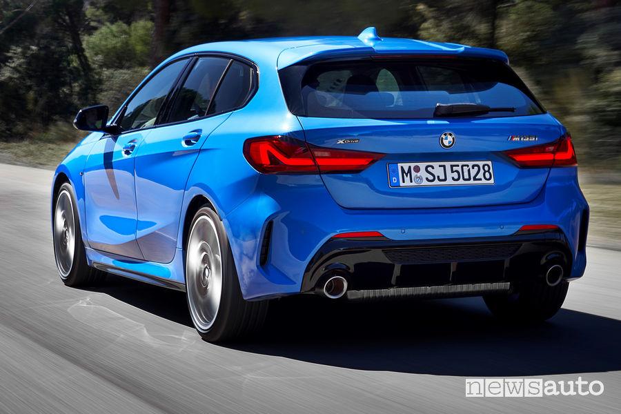 Nuova BMW Serie 1 M135i xDrive vista posteriore in movimento doppio scarico