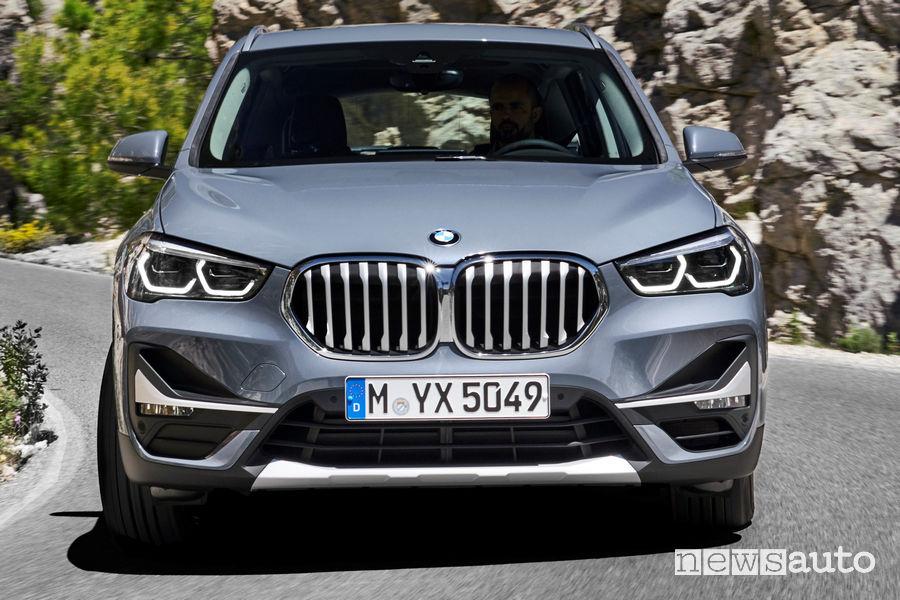 Nuova BMW X1 2019 vista frontale in movimento