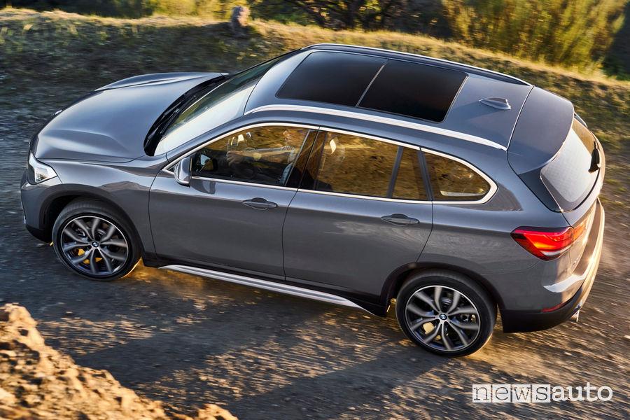 Nuova BMW X1 2019 vista dall'alto sullo sterrato in movimento