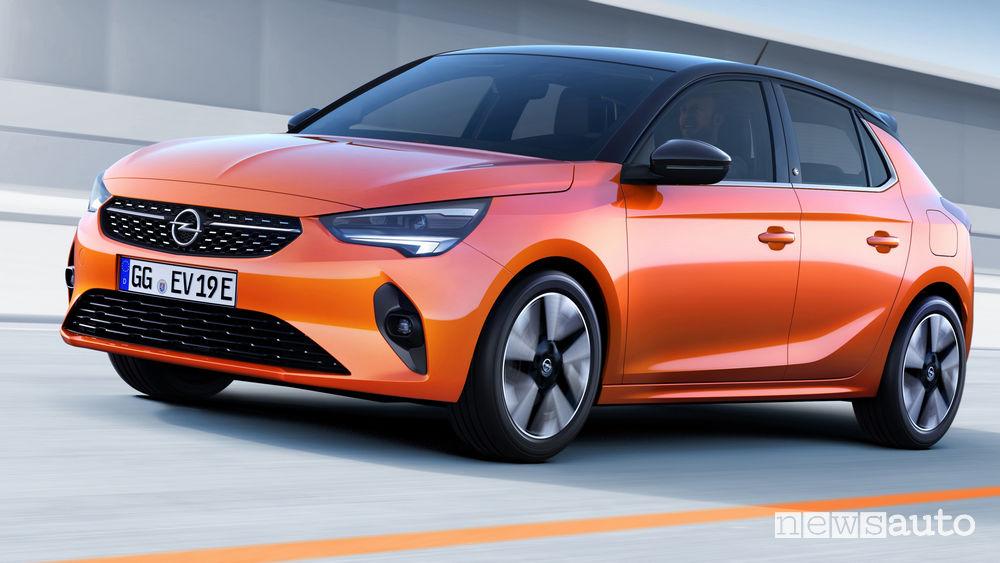 Opel Corsa-e elettrica vista di profilo in movimento