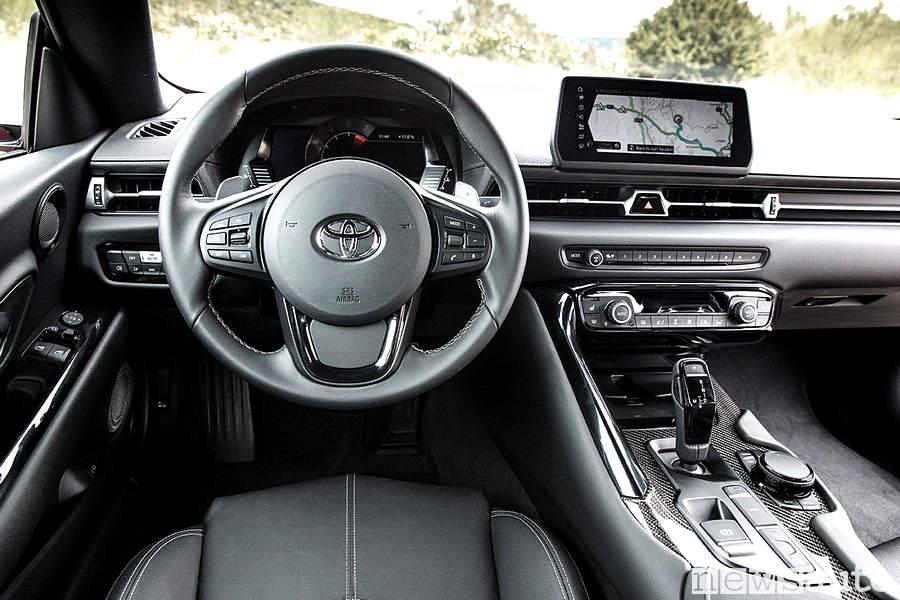 Abitacolo cruscotto e volante della nuova Toyota Supra 2019