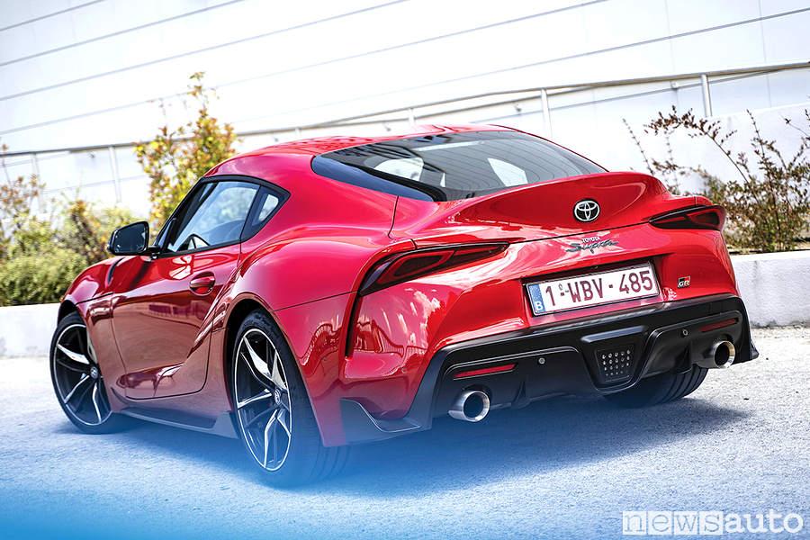 Toyota Supra rossa cerchi in lega e scarico sportivo doppio