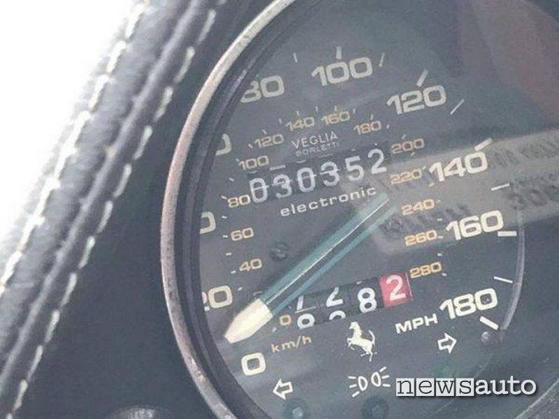 Contachilometri di una Ferrari abbondonata  Veglia Borletti in miglia (mph) e km