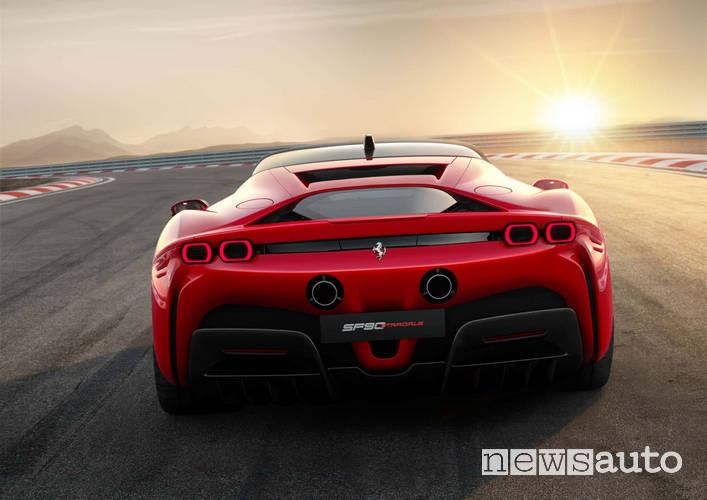 Ferrari SF90 Stradale   vista posteriore scarichi sportivi