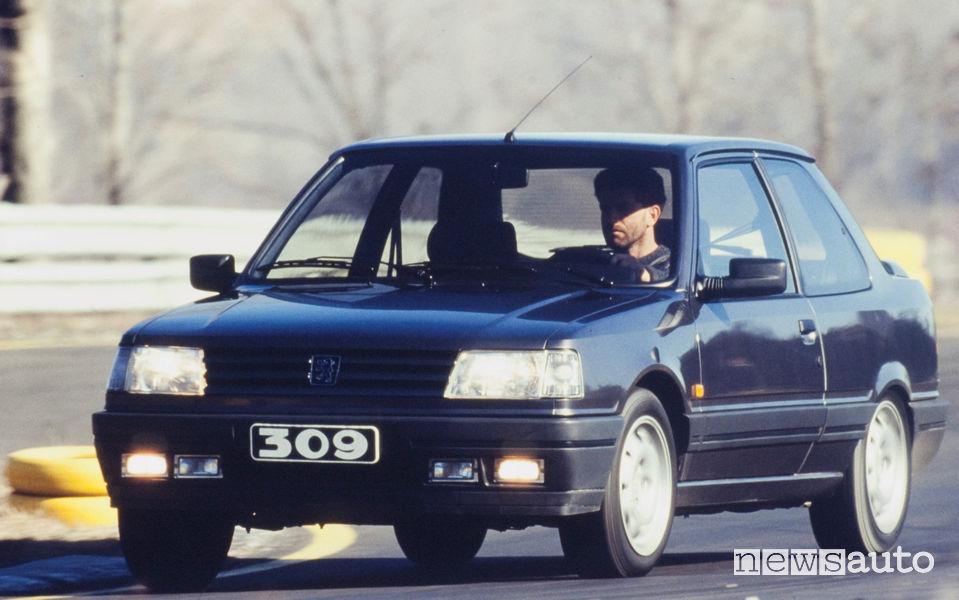 Peugeot 309 GTI 16 V vista di profilo in movimento