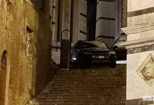 Auto sulla scalinata del Duomo di Siena per colpa del navigatore